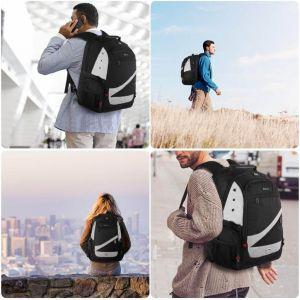 Cuatro personas portando una mochila impermeable con cargador usb de tusbolsosymochilas.com
