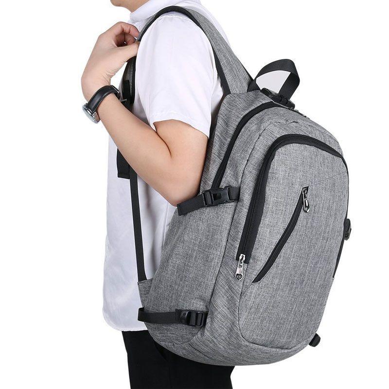 Vista lateral de un joven llevando una mochila con usb de Tus Bolsos y Mochilas. BYM