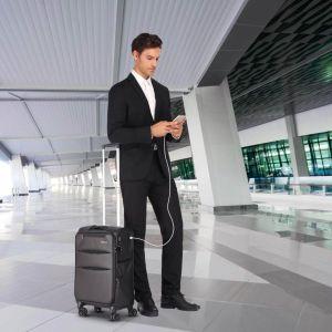 hombre con maleta y movil