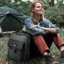mujer con mochila negra de camping