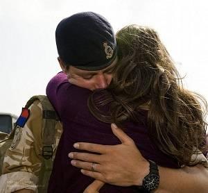 abrazándose