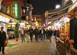 Calle Kumkapi, uno de los ejes del ocio en Estambul