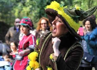 Una de las actrices de la compañía Olga Cuervo, una de las guías más queridas del Jardín Botánico de Gijón