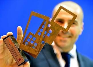El director de marketing de la Oficina de Turismo de Noruega, Luca Bocci, recogiendo el premio otorgado por SEGITTUR