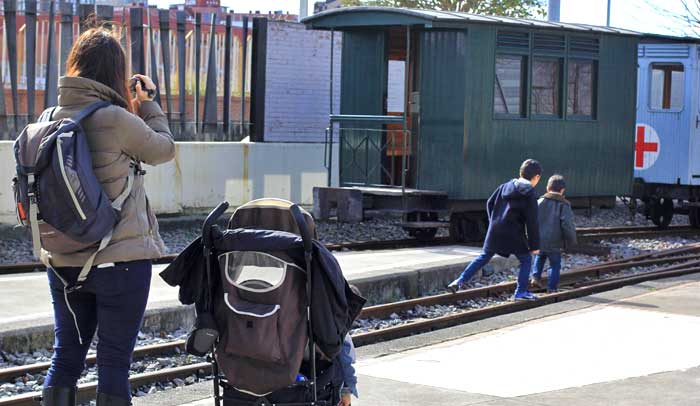 Los niños juegan y aprenden en el Museo del Ferrocarril de Asturias