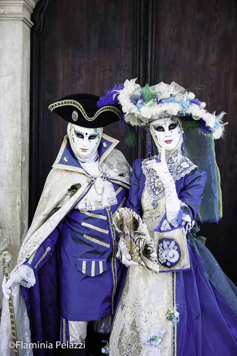 Pareja disfrazada en el Carnaval de Venecia
