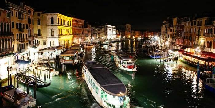 Vista nocturna del Gran Canal desde el Puente de Rialto © Flaminia Pelazzi