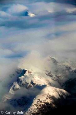Durante el vuelo de poco más de una hora que une Punta Arenas con Puerto Williams, es posible maravillarse con la casi inexplorada Cordillera de Darwin y sus cientos de glaciares