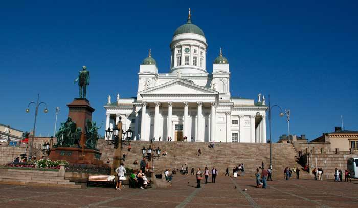 La Plaza del Senado, con el monumento a Alejandro II de Rusia de W.M. Runeberg frente a la Catedral de Helsinki