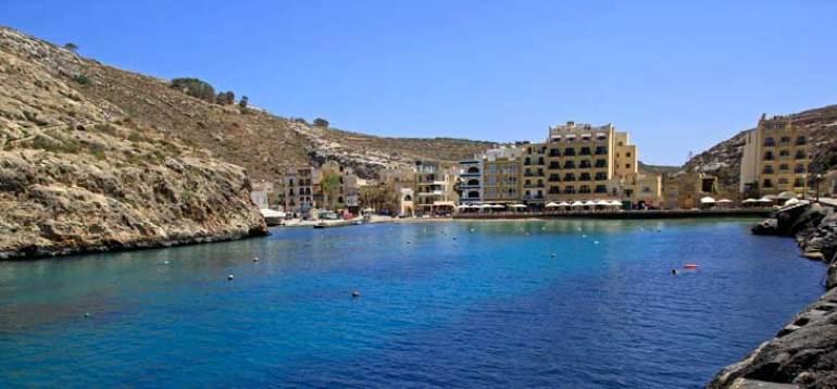 Bahía de Xlendi, en Gozo