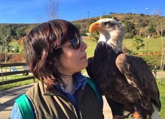Posando con un águila imperial. Foto Pedro Balagué @elmundobolsillo.