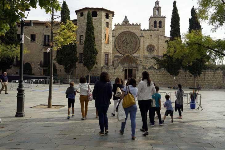 Familias paseando por el casco antiguo peatonal de Sant Cugat del Vallès