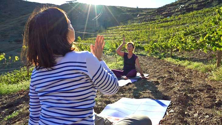 Yoga entre viñedos en Cala Jóncols