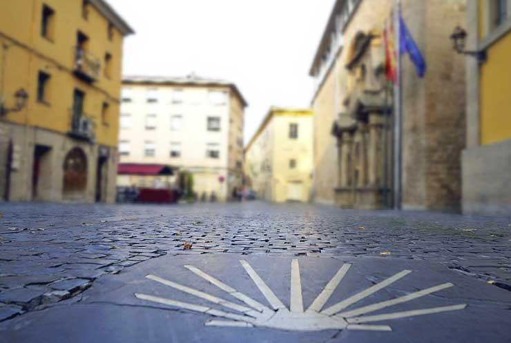 La concha del peregrino guía a los caminantes hasta Santiago de Compostela