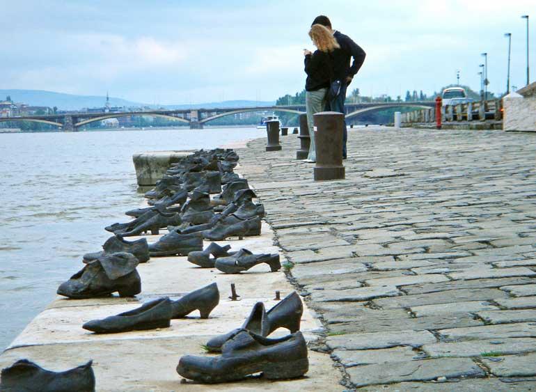 """""""Los zapatos en el Paseo del Danubio"""", creados por Gyula Pauer y Can Togay, homenajean a las victimas de la Segunda Guerra Mundial que eran asesinadas y lanzadas al Danubio"""