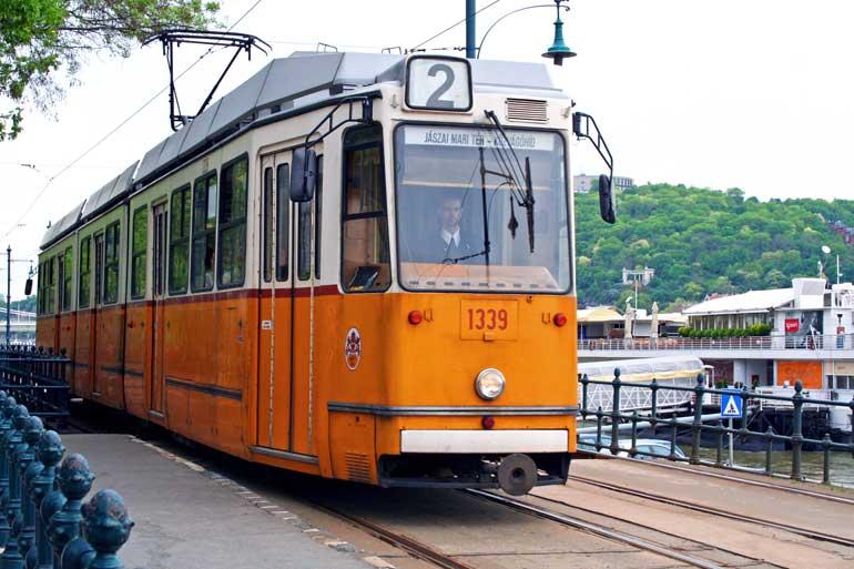 La línea 2 del tranvía de Budapest es la más bella de toda la ciudad, y de hecho fue incluida en 2012 en la lista de las 10 líneas de tranvía más bonitas del mundo de la revista National Geographic