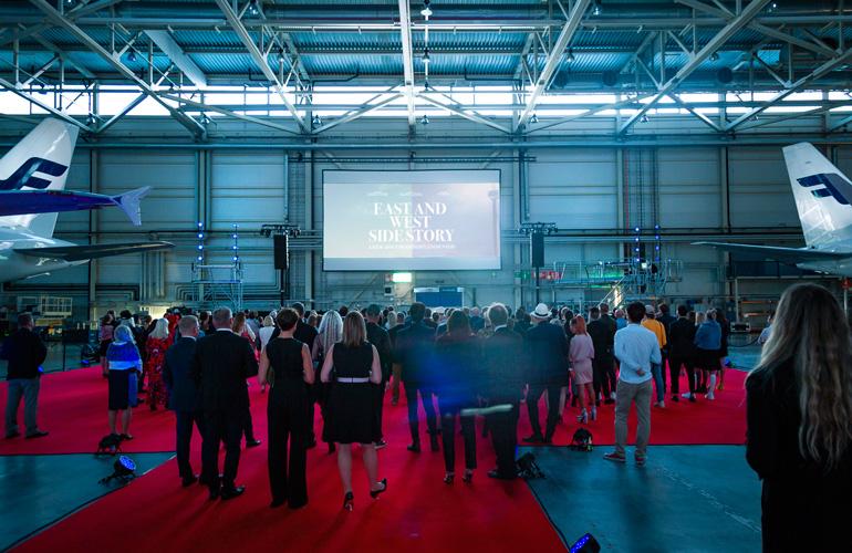 Presentación del cortometraje East and West Side Story en el aeropuerto de Helsinki