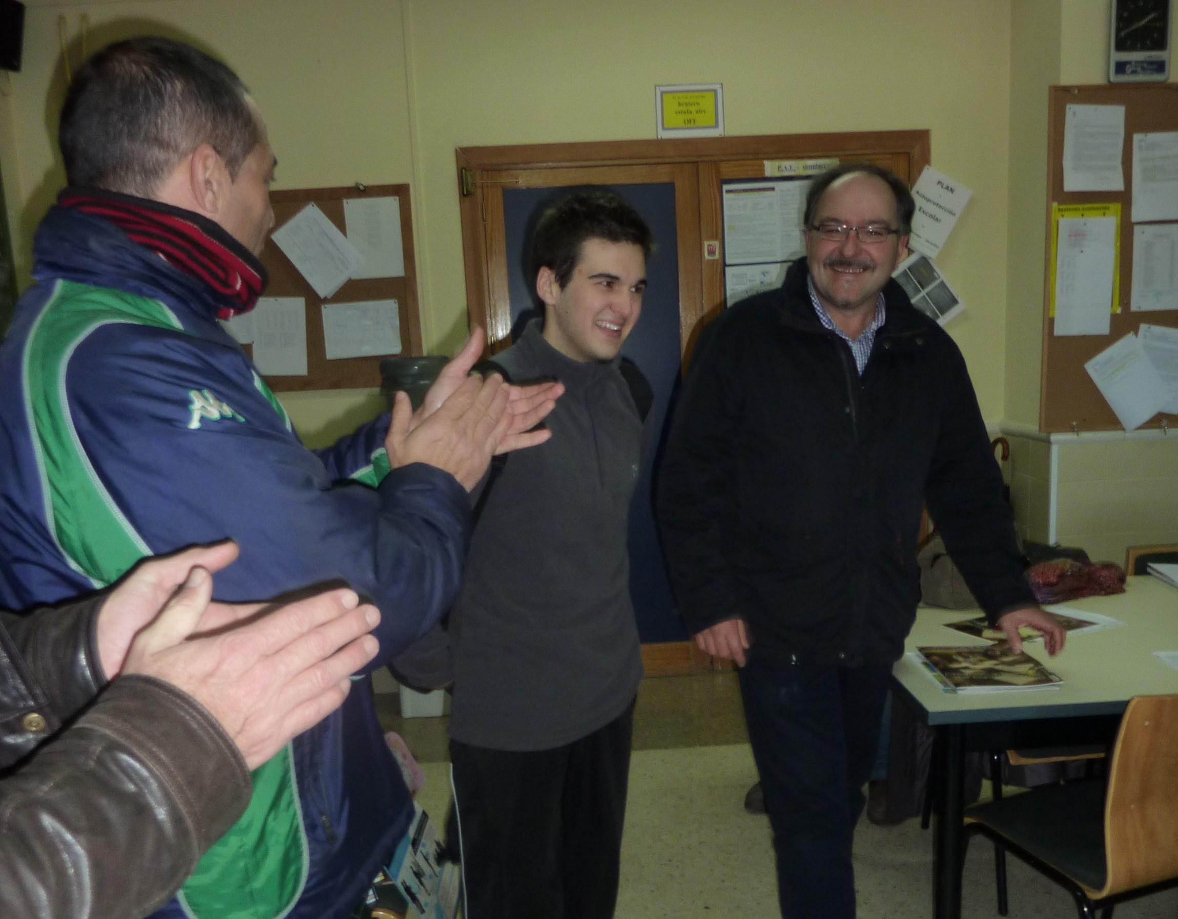 Manuel Estévez Carmona, recibido con aplausos por su título de campeón de España de Taekwondo, categoría Junior, en la Sala de Profesores del Centro