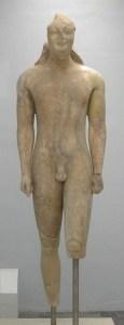 """Un kuros (del griego κοῦρος, """"JOVEN ATLETA""""), es una escultura de un varón joven, cuya representación se repite de manera constante durante los siglos VIII–VI a. C. En la imagen """"el gran kuros de Samos"""", el más grande que se conserva en Grecia (Museo Arqueológico de Samos)."""