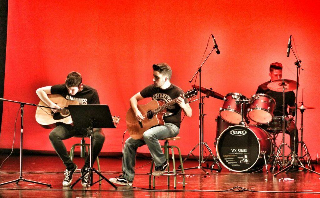 Javier Peña y Jorge Vico con sus guitarras y César Cabello a la batería.