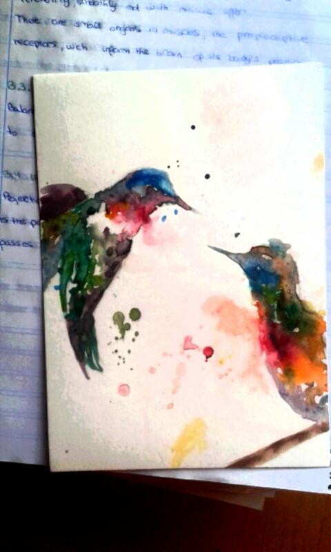"""""""La libertad, ese sentimiento tan arraigado en los adolescentes, esas ganas de desaparecer  y recorrer el mundo… se pueden plasmar fácilmente en un papel. Los pájaros simbolizan la libertad, mientras que las pinceladas de acuarela irregulares, dejando que el agua ocupe espacios imaginarios profundizan en el tema del dibujo y en su expresión característica"""" (Lumi Show)."""