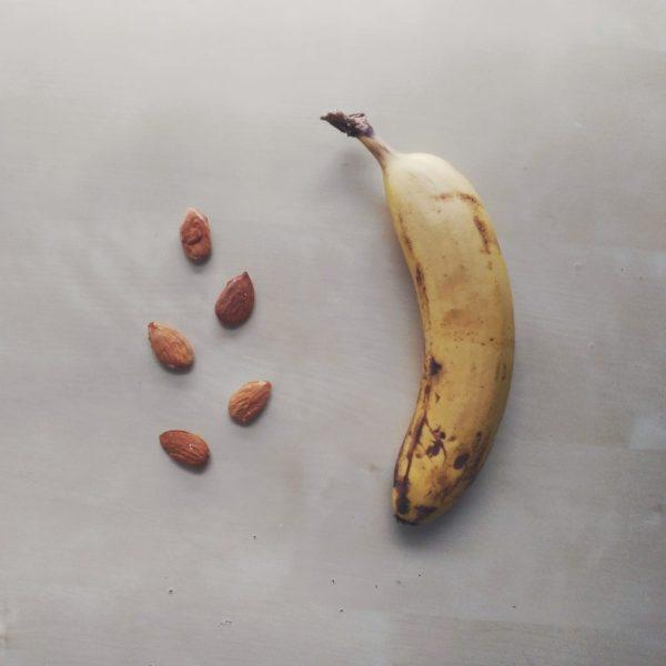 banana mandorle colazione al volo sana salutare frutta fresca secca