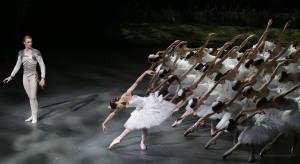 """Nicoletta Manni, Timofej Andrijashenko e il corpo di ballo - """"Il lago dei cigni"""" di A. Ratmansky. © Ph. Brescia e Amisano - Teatro alla Scala."""