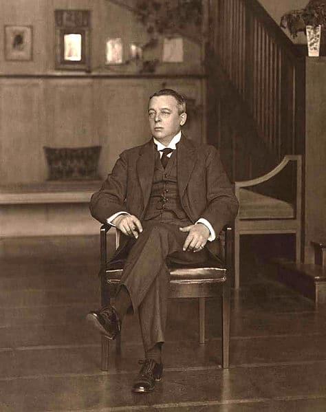 Фото Шехтеля в холле особняка, 1910 год