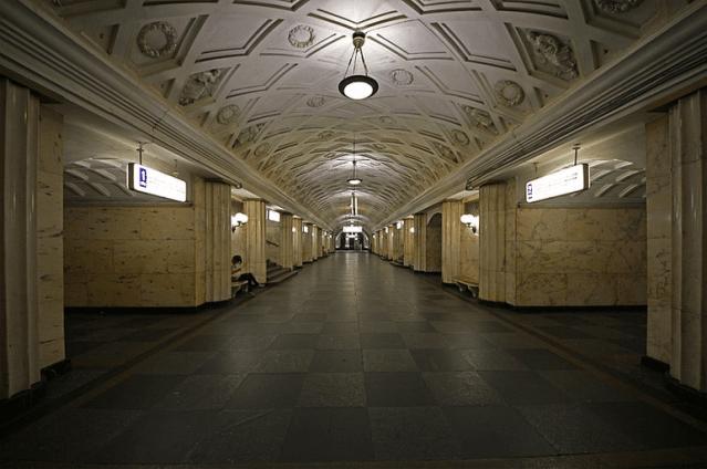 """Платформенный зал станции """"Театральная"""", 2011 год"""