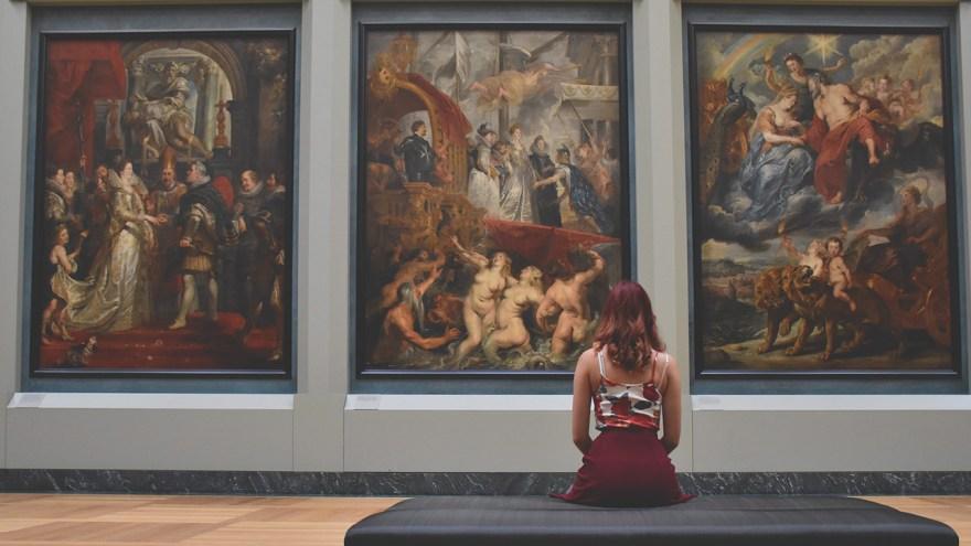 絵画を見る女性