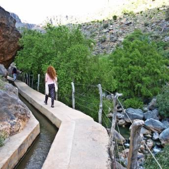W środku Wadi. Można chodzić chodnikiem lub akweduktem