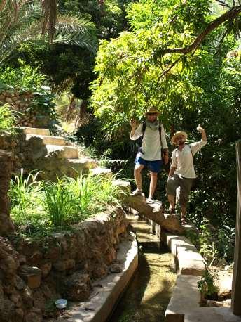 Wadi Tiwi najlepiej zwiedzać idąc akweduktem