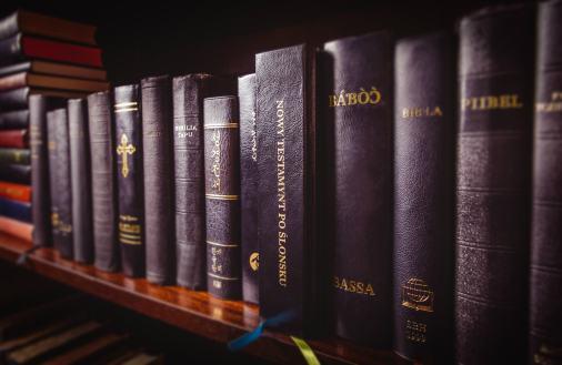 Tak biblia prezentuje się na półce