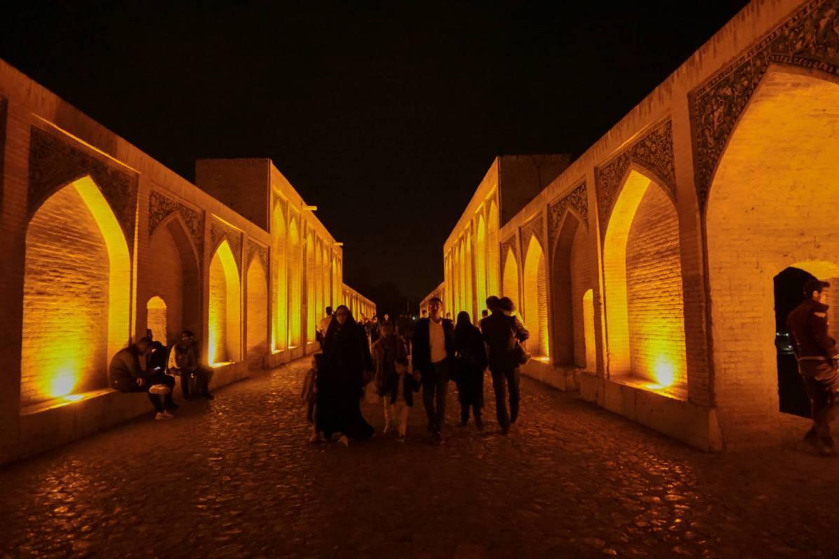 Nocny spacer na moście :)