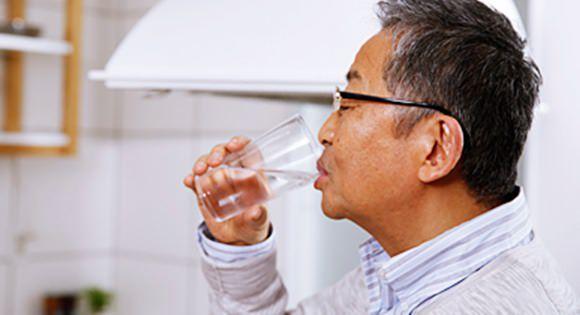 水を飲んで尿酸値を薄める施策を