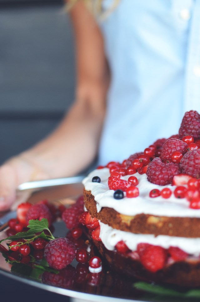 gluten free almond cake with berries5