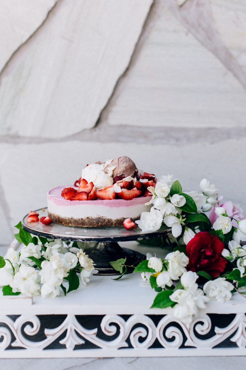A Summer Classic: Raw Strawberry Cheesecake with all the toppings | tuulia blog