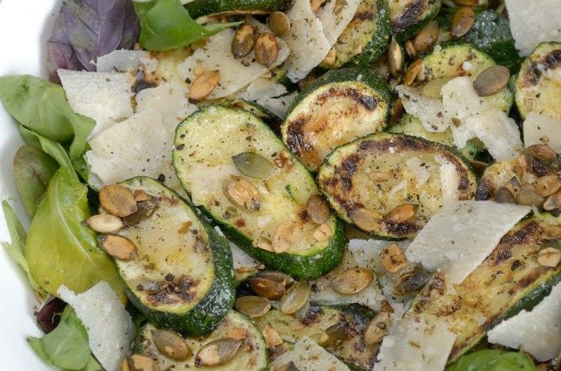 Salat grillitud suvikõrvitsa, parmesani ja basiilikuga