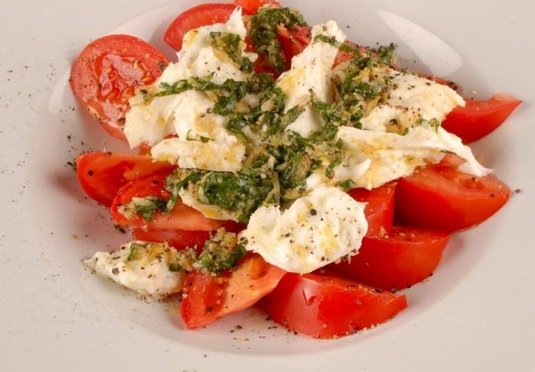 Marineeritud mozzarella salat