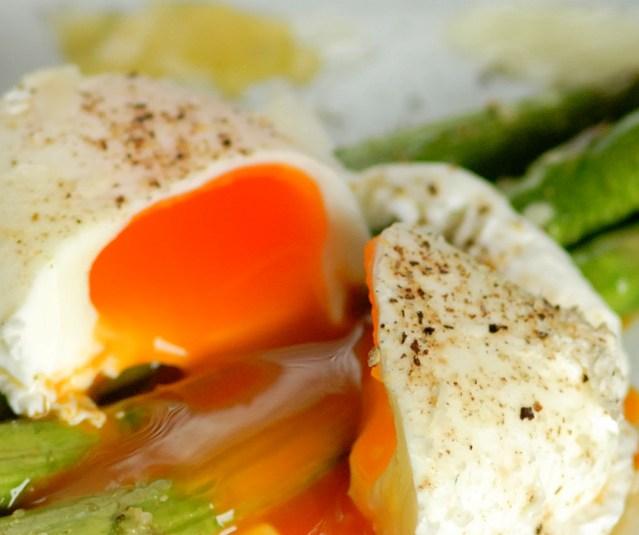 Spargel munaga ja muna spargliga. Täiuslik kooslus igal moel