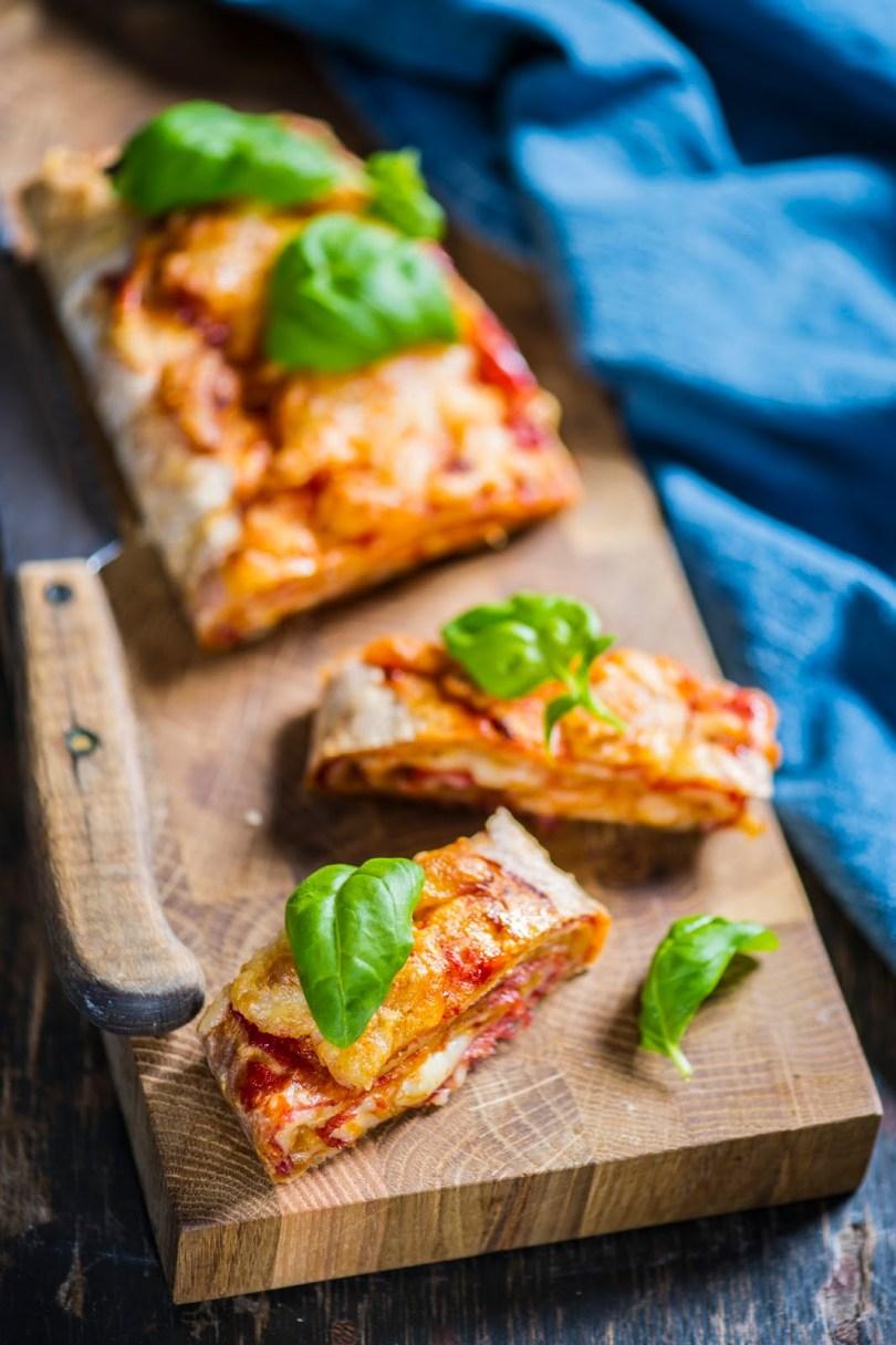 Vale-Stromboli ehk õhukese lavaši rull salaami ja mozzarellaga