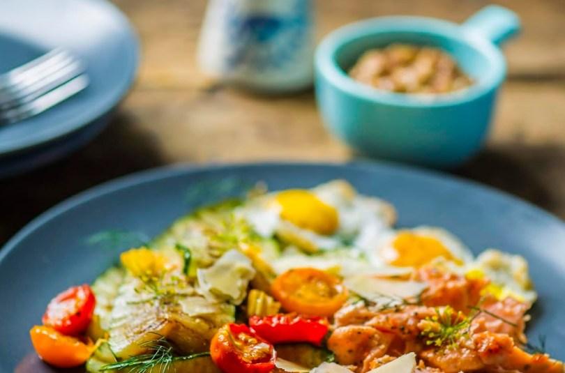 Külluslik hommikusöök lõhefilee, vutimunade ja suvikõrvitsaga