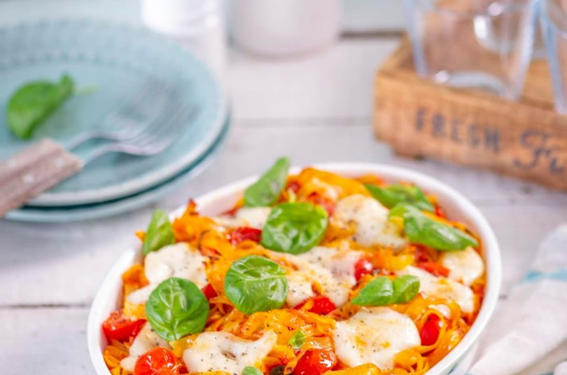 Ahjus üleküpsetatud caprese pastavorm mozzarella, basiiliku ja tomatikastmega