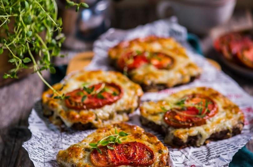 Soojad ahjuleivad tomati- ja juustu-kodujuustukattega