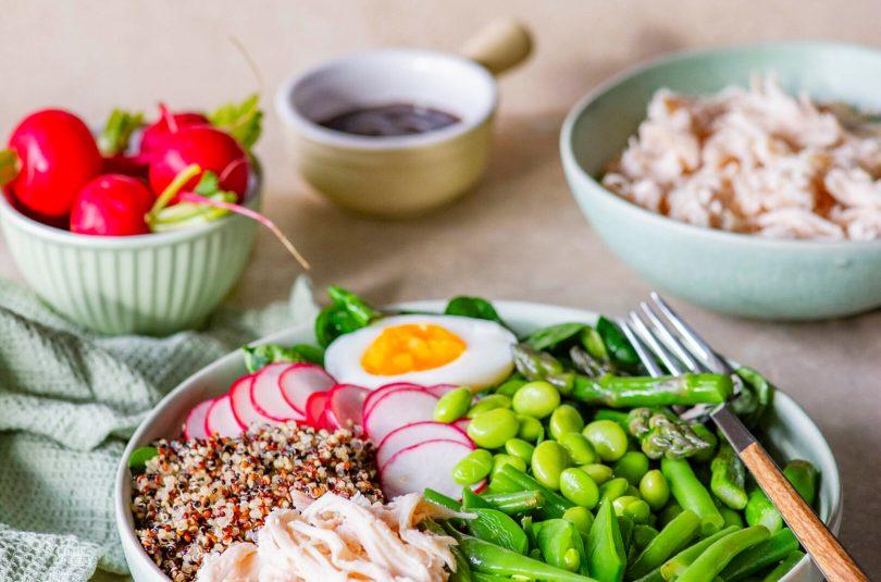 Kevadiselt kerge kausitäis rebitud kana, kinoa ja köögiviljadega