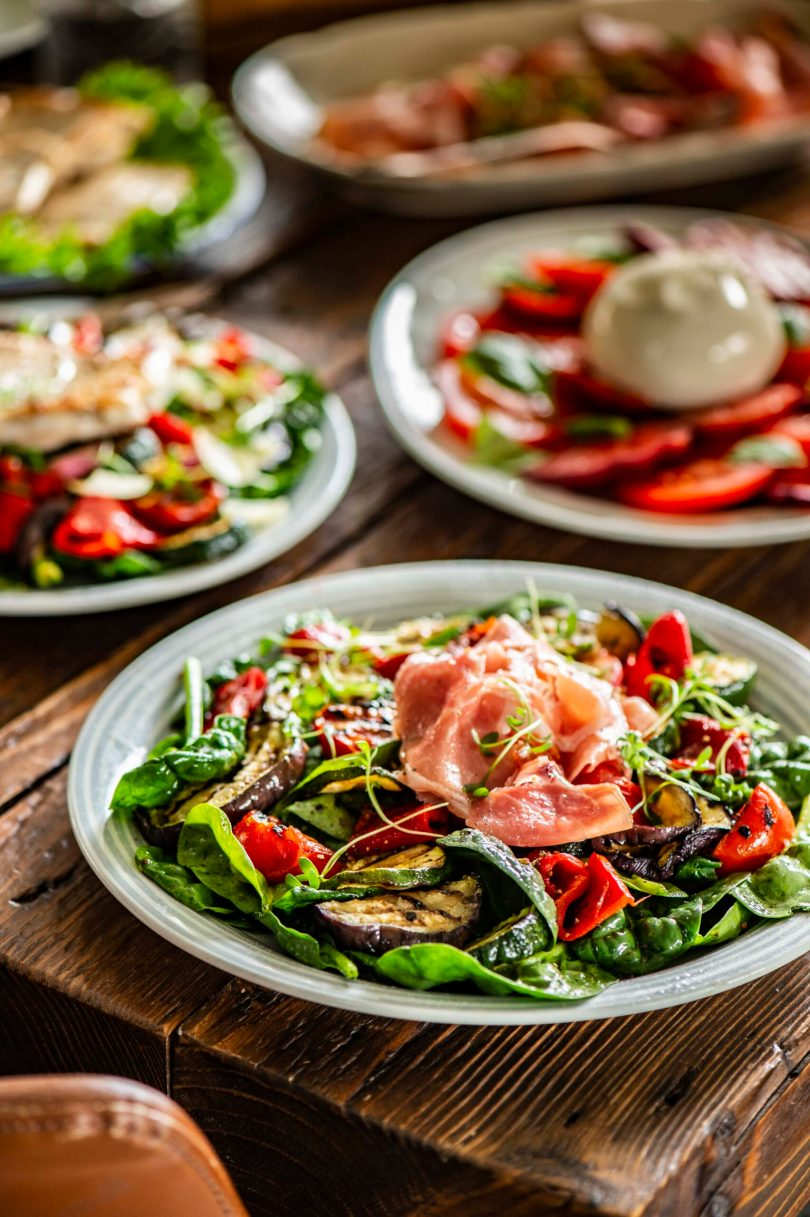 Mõnus grillitud köögiviljadega salat SErrano singi või kalkunifileega. tomatisalat burrataga