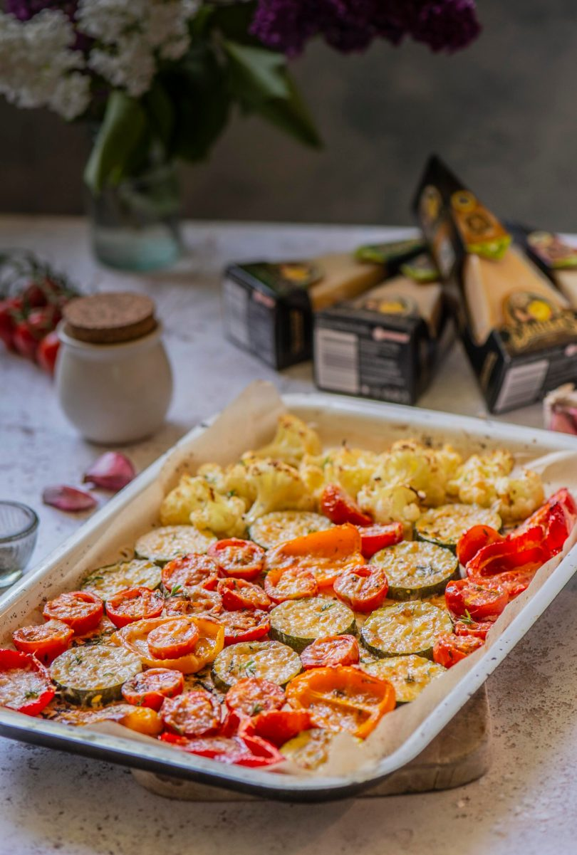 juustuga küpsetatud Suvised ahjuköögiviljad