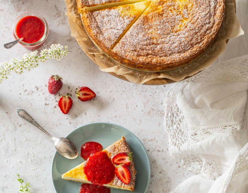 Õhuline hapukoorekook maasikakastmega