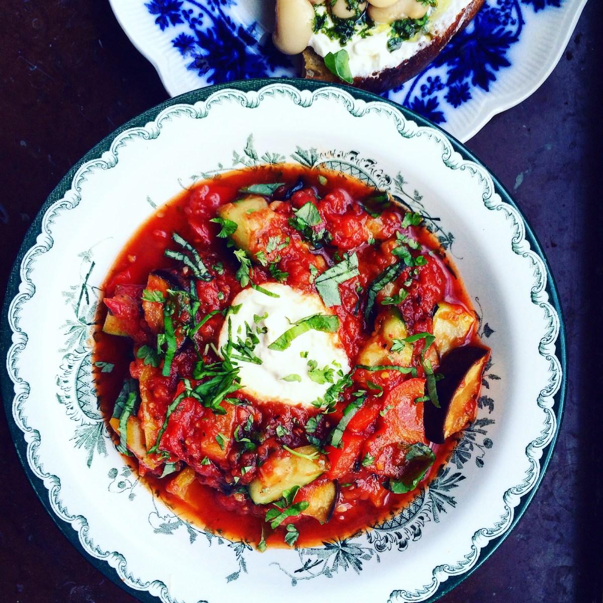 vegetarisk ratatouille med rostad aubergine och zucchini