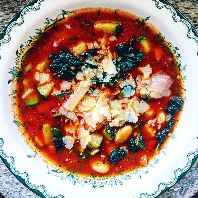 Italiensk vegetarisk bondsoppa: Ribollita med vita bönor, zucchini, svartkål och parmesan
